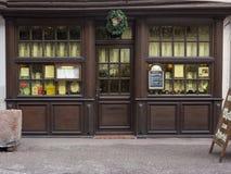 ELSAS, ФРАНЦИЯ - 28-ое декабря 2017: Рожденственская ночь - деревянная витрина старого ресторана украшенного на праздник стоковые фото