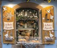 ELSAS, FRANCE - 29 DÉCEMBRE 2017 : Décorations de Noël sur la fenêtre de magasin de boulangerie Bruits dans la photo photo libre de droits