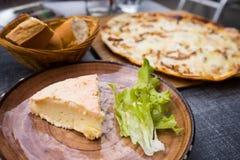 Elsass-Käse mit Flammkuchen und Brot Stockfotos