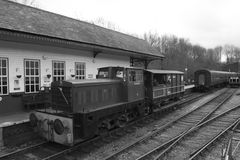 Elsecar arvjärnvägsstation & bussgarage, Elsecar i svart & vit, Barnsley, händelse för South Yorkshire 19th Februari 2017 vinterv Royaltyfri Fotografi