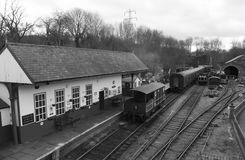 Elsecar arvjärnvägsstation & bussgarage, Elsecar i svart & vit, Barnsley, händelse för South Yorkshire 19th Februari 2017 vinterv Royaltyfria Bilder