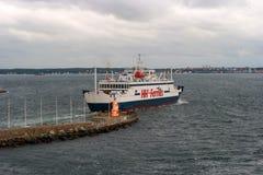 Elsinore Danmark - Oktober 9, 2016: Passagerarfärja ut till havet royaltyfri fotografi