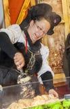 Elsässische Frau, die Lebensmittel zubereitet Lizenzfreies Stockfoto