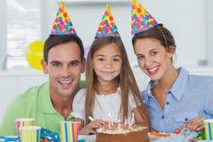 Eltern, die ihren Geburtstag der kleinen Mädchen feiern Stockfoto