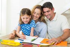 Eltern, die Mädchenfarbton betrachten lizenzfreie stockbilder
