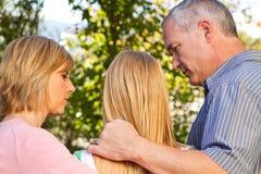 Eltern, die mit ihrer jugendlichen Tochter sprechen Lizenzfreie Stockbilder