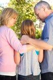 Eltern, die mit ihrer jugendlichen Tochter sprechen Stockfoto