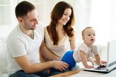 Eltern, die sich entwickelndes Spiel mit Sohn spielen lizenzfreie stockbilder