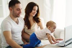 Eltern, die sich entwickelndes Spiel mit Sohn spielen lizenzfreie stockfotos