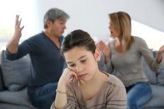 Eltern, die vor ihrer Tochter kämpfen Stockfotos