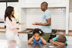 Eltern, die vor Kindern argumentieren lizenzfreies stockfoto