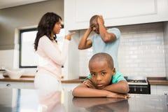 Eltern, die vor Sohn argumentieren lizenzfreie stockbilder