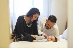 Eltern, die zu Hause mit ihrem Baby lachen und spielen Stockbilder