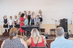 Eltern in einem Kindergarten an einem Feiertag mit Kindern Ein Feiertag der Kinder im Kindergarten Rede von Kindern im kinderg lizenzfreie stockbilder