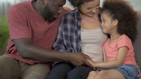 Eltern finden Annäherung zu ihrem speziellen Kind, Berufsrehabilitationskurs stock footage