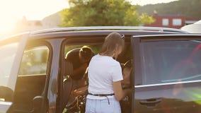 Eltern heften auf Kindern im Auto an stock video footage