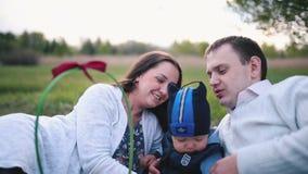 Eltern küssen das nette Kleinkind stock video footage