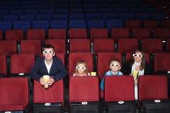 Eltern mit dem Sohn und Tochter, die einen Film aufpassen Lizenzfreie Stockfotografie