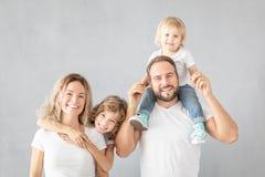 Eltern mit den Kindern, die Spaß zu Hause haben stockfotos