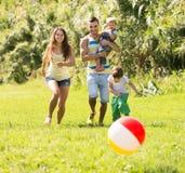 Eltern mit den kleinen Töchtern im Freien Lizenzfreies Stockfoto