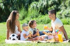 Eltern mit den Töchtern, die Picknick haben Lizenzfreies Stockbild