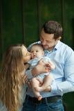 Eltern mit einer kleinen Tochter Stockbild