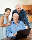 Eltern mit erwachsenem Sohn im Internet Stockbild