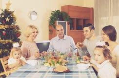 Eltern mit erwachsenen Kindern und den Enkelkindern, die Weihnachten feiern Lizenzfreies Stockbild