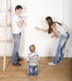 Eltern mit ihrem Sohn nahe Leiter Lizenzfreie Stockfotos