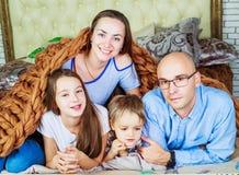Eltern mit Kindern zu Hause stockfotografie