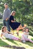 Eltern passen ihre Töchter auf stockbilder