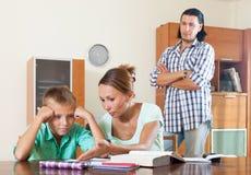 Eltern schilt ihren Underachieversohn aus stockbild