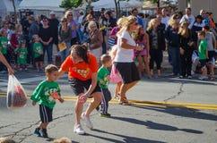 Kinder, die ein Rennen runnning sind Lizenzfreie Stockbilder