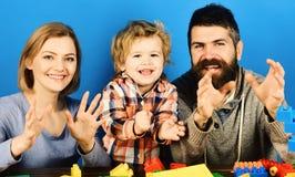 Eltern und Kind täuschen vor, etwas zu ergreifen Kindergarten und Familie stockfotos