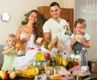 Eltern und Kinder mit Lebensmittel Stockbild