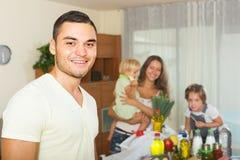 Eltern und Kinder mit Lebensmittel Stockfotografie
