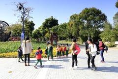 Eltern und Kindergärtnerinnen führen ihre Kinder, yuanbo Garten, luftgetrockneten Ziegelstein rgb zu besichtigen Lizenzfreie Stockfotos