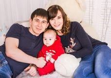 Eltern und neugeborenes Baby Ein reizendes Baumhaus, eine Vogelfamilie, eine Taste der Liebe und viele Herde Stockbilder