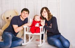 Eltern und neugeborenes Baby Ein reizendes Baumhaus, eine Vogelfamilie, eine Taste der Liebe und viele Herde Lizenzfreie Stockfotos