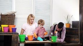 Eltern und Sohn, die am Sommertag pflanzen Fr?hjahr und Gartenarbeit Eco Leben Familienarbeit am Landhaus Familie von Gärtnern un stock video footage
