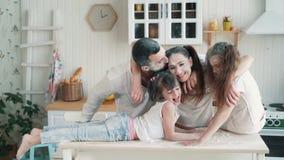 Eltern und Töchter beschmutzt im Mehl an der Küche, Lachen, spielend, Zeitlupe stock video