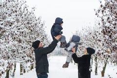 Eltern werfen die Kinder oben Stockfoto