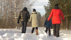 Elternschaft, Mode, Jahreszeit und Leutekonzept - glückliche Familie mit Kind im Winter kleidet draußen gehen stock video