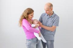 Elternschafts-, Kinder- und Leutekonzept - junges Familienholdingbaby auf weißem Hintergrund mit Kopienraum stockbild