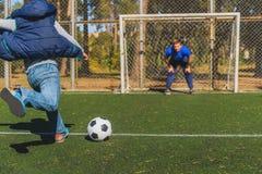 Elternteil und Kind, die Fußball spielen Lizenzfreies Stockbild
