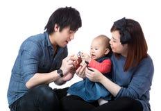 Elternteilspiel mit Babytochter lizenzfreies stockbild