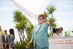 Elton John deltar i photocallen f?r royaltyfria foton