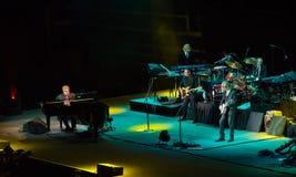 Elton John en de Band spelen aan selloutmenigte Stock Afbeelding
