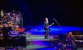 Elton John en de band werken op stadium, Singapore op elkaar in Royalty-vrije Stock Afbeelding