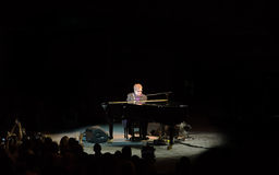 Elton John onderhoudt in Nov. 2011 van Singapore Royalty-vrije Stock Foto's